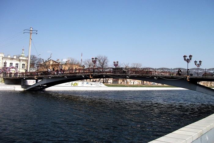 Мост влюбленных через реку Кутум