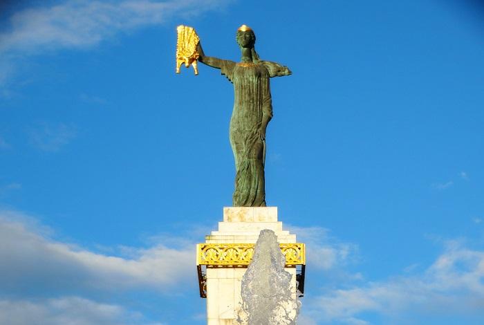 Статуя Медеи с золотым руном