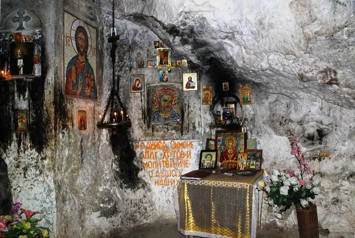 Грот Симона Кананита в ущелье Псырцха