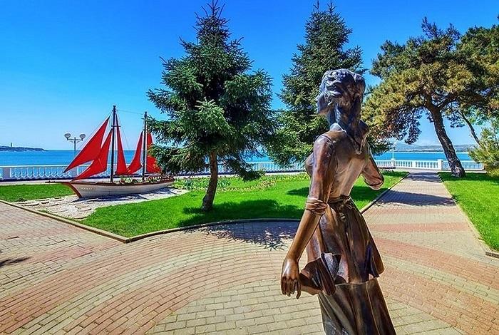 Скульптуры «Ассоль» и «Алые паруса»