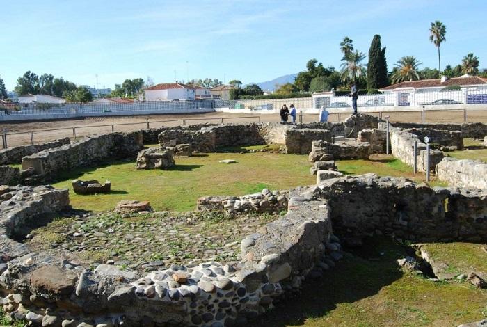 Руины базилики Сан Педро из Алькантара