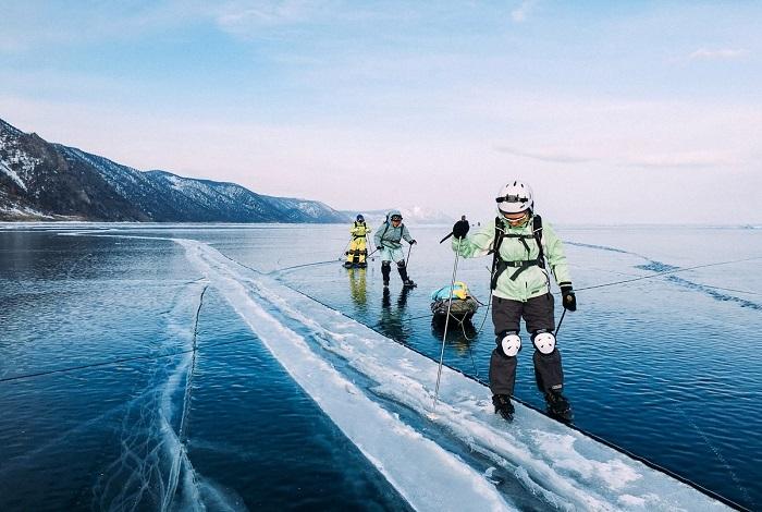 Прогулки по льду Байкала или катание на коньках