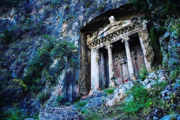 Древние гробницы Аминтаса в скале